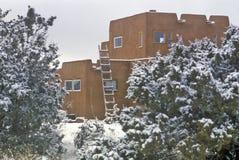 Adobe im Schnee in Santa Fe, Nanometer Lizenzfreie Stockfotos