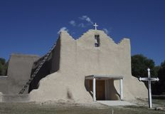 Adobe-Kirche, Picuris-Pueblo, New Mexiko Lizenzfreie Stockfotos