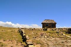 Adobe-Landwirt House in der Landschaft von Bolivien Stockbild