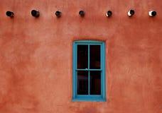 Adobe mit Türkis-Fenster Lizenzfreie Stockfotos