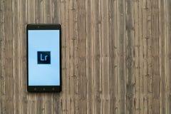 Adobe-photoshop lightroom Logo auf Smartphoneschirm auf hölzernem Hintergrund Lizenzfreie Stockfotos
