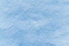 Adobe rehabilitierte Wand in der hellblauen Farbe, Spuren der Bürste, Hintergrund mit Kopienraum für Text oder Gegenstände Lizenzfreies Stockfoto