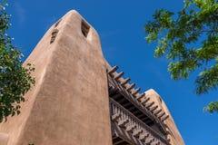 Adobe stylu budynek z rzeźbiącym drewnianym balkonem Obrazy Stock
