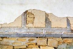 Adobe vägg, gammal vit murbruk och trästrålar Arkivbilder