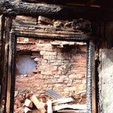 adobe y casa de madera quemada Imagen de archivo