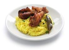 Adobo da galinha e da carne de porco sobre o arroz amarelo, alimento filipino imagem de stock royalty free