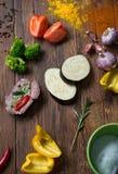Adobo de la carne y de verduras frescas en la tabla de madera fotos de archivo
