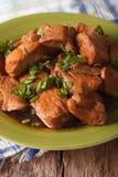 Adobo-Huhn mit Krautnahaufnahme auf einer Platte vertikal Lizenzfreie Stockfotos