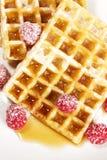 Adoce framboesas cobertas em waffles com xarope franco Fotos de Stock