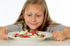 Adoce a menina loura nova alta que come demasiado açúcar no conceito da nutrição imagem de stock