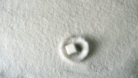 Adoce o cubo que cai na pilha do açúcar vídeos de arquivo