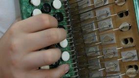 Adolescencia del muchacho que juega en un bayan viejo del vintage verde Un ejemplo ilustrativo del acorde?n interno metrajes