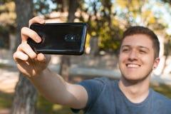 Adolescencia que toma un selfie y una sonrisa fotografía de archivo