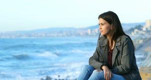 Adolescencia relajada que mira horizonte en la playa almacen de video
