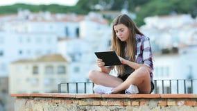 Adolescencia seria usando una tableta de vacaciones