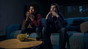 Adolescencias activas del fanático del fútbol que miran el partido en la TV metrajes