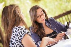 Adolescencias adultas jovenes emocionadas usando su ordenador Imagen de archivo libre de regalías
