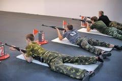 Adolescencias a competir en el tiroteo del rifle Fotografía de archivo libre de regalías