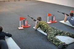 Adolescencias a competir en el tiroteo del rifle Imágenes de archivo libres de regalías