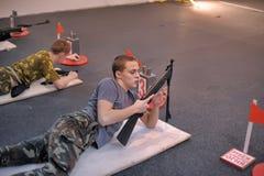 Adolescencias a competir en el tiroteo del rifle Imagen de archivo