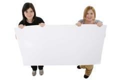 Adolescencias con el cartel Fotografía de archivo libre de regalías