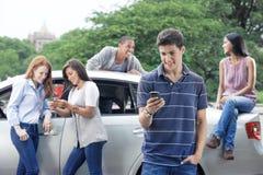 Adolescencias con el coche y smartphones Imagen de archivo libre de regalías