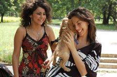 Adolescencias con un pequeño perro Imágenes de archivo libres de regalías