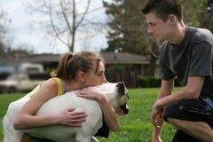 Adolescencias con un perro Fotos de archivo