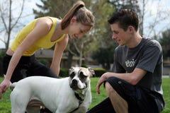 Adolescencias con un perro Imagen de archivo libre de regalías