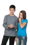 Adolescencias con un teléfono celular imagenes de archivo
