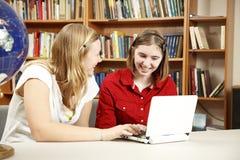 Adolescencias de la biblioteca en el ordenador Foto de archivo