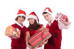Adolescencias de la feliz Navidad con los regalos Fotografía de archivo libre de regalías