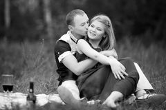 Adolescencias de la luna de miel románticas en amor en bosque Imagen de archivo libre de regalías