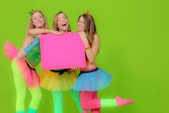 Adolescencias del partido que llevan a cabo a la tarjeta Fotos de archivo libres de regalías