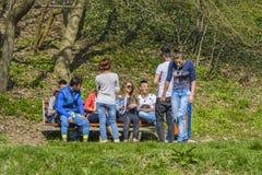 Adolescencias en el parque Fotos de archivo