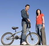 Adolescencias en el skatepark Imagenes de archivo