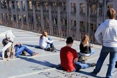 Adolescencias en el tejado de la ciudad Imagen de archivo