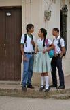 Adolescencias en el uniforme escolar, Colombia Foto de archivo libre de regalías