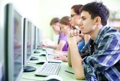 Adolescencias en Internet-café Foto de archivo libre de regalías