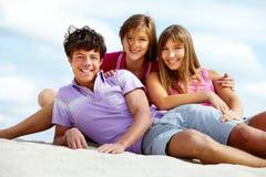 Adolescencias en la playa Foto de archivo