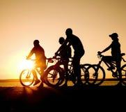 Adolescencias en las bicicletas Imagen de archivo libre de regalías