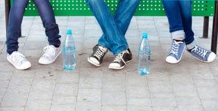 Adolescencias en pantalones vaqueros y zapatillas de deporte Imagen de archivo libre de regalías