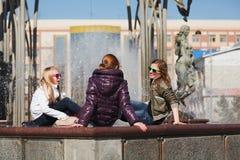 Adolescencias en una calle de la ciudad Fotografía de archivo