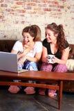 Adolescencias felices en el ordenador Imágenes de archivo libres de regalías
