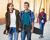 Adolescencias felices que juegan en smarthphones Fotografía de archivo