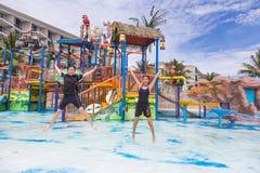 Adolescencias femeninas que saltan para la alegría en un parque del agua en Phuket, Tailandia Fotografía de archivo