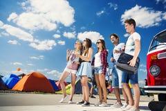 Adolescencias hermosas en el festival del verano Fotografía de archivo libre de regalías