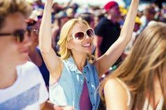 Adolescencias hermosas en el festival del verano Imagenes de archivo