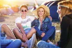 Adolescencias hermosas en el festival del verano Imágenes de archivo libres de regalías