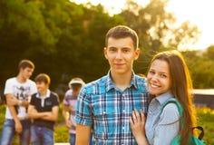 Adolescencias hermosas jovenes lindas que se sientan en ciudad cerca de universidad después Foto de archivo libre de regalías